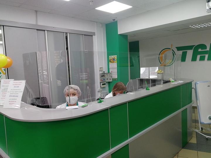 Защитный экран из оргстекла на ножках для клиники Танар
